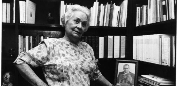 Aracy Moebius de Carvalho Guimarães Rosa em seu apartamento em Copacabana, em 1992. Ela foi a segunda mulher do escritor Guimarães Rosa