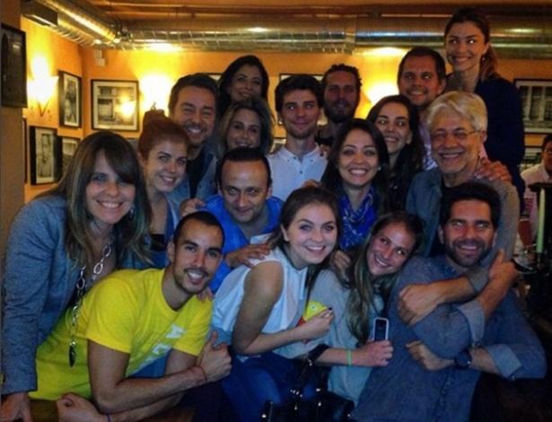 O preparador de elenco argentino Juan Carlos Corazza (à dir., de óculos), rodeado pela turma que fez workshop com ele em 2014. Entre os atores, tem Grazi Massafera (à di, no topo), Tainá Müller, Guilhermina Guinle e Ana Lima