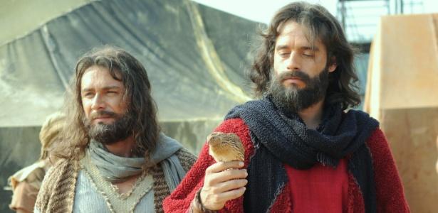"""Arão (Petrônio Gontijo) cobra Moisés (Guilherme Winter) pela falta de comida. O libertador ora e pede a Deus que envie provisõe em """"Os Dez Mandamentos"""""""