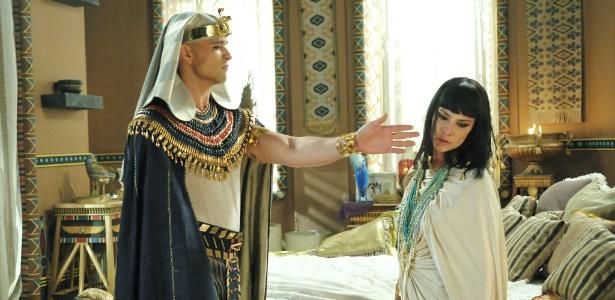 """Ramsés (Sérgio Marone) dá um tapa em Nefertari (Camila Rodrigues) em cena de """"Os Dez Mandamentos"""""""