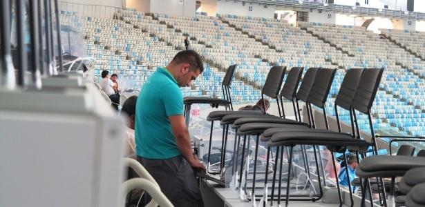 Funcionário de operadora de telefonia testa conexão de internet na tribuna de imprensa do Maracanã (01.jun.2013)