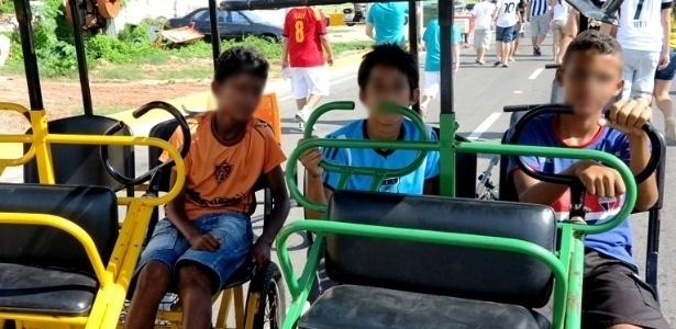 Menores eram utilizados para transportar torcedores até a porta da Arena Castelão nesta quinta-feira
