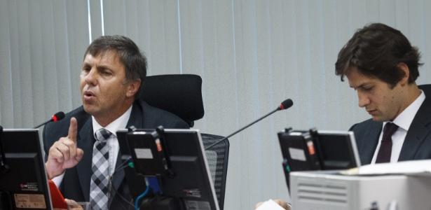 Procurador-geral do STJD, Paulo Schmitt (à esq.), tem jantar e passagem pagas pela CBB