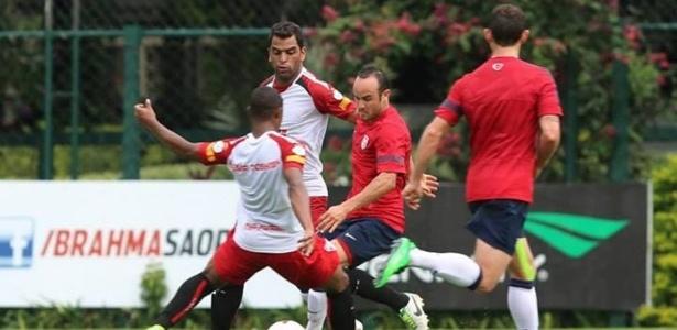 Jogadores do São Paulo disputam bola com Donavan, dos EUA, em jogo-treino