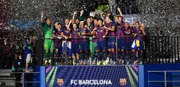 Jogadores do Barcelona erguem a taça da Liga dos Campeões deste ano