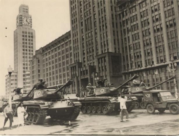 Militares em frente ao Ministério do Exército, no Rio, em 2 de abril de 1964