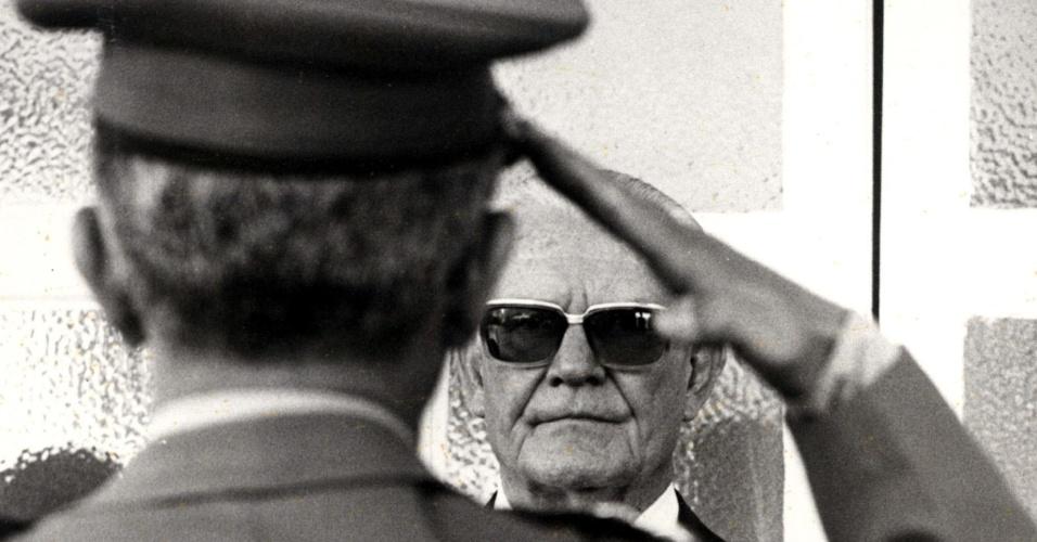 o-general-e-presidente-do-brasil-ernesto-geisel-recebe-cumprimentos-em-forma-de-continencia-de-militar-1394123638513_956x500.jpg
