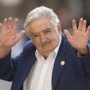 O presidente do Uruguai, José Mujica, acena para a imprensa em visita a Santiago