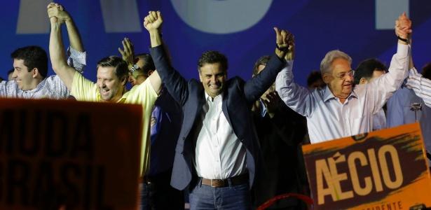 O pré-candidato à Presidência pelo PSDB Aécio Neves cumprimenta o público ao lado do ex-presidente da República Fernando Henrique Cardoso durante convenção do partido em São Paulo