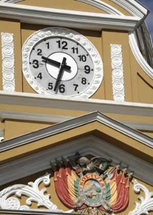 """25.jun.2014 - O """"relógio do sul"""" no alto do Congresso da Bolívia, em La Paz; relógio foi alterado para girar no sentido anti-horário em defesa da """"identidade boliviana"""""""
