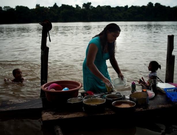 Ribeirinhos de Pimental vivem em integração com o Tapajós: hábito de lavar a louça no rio ajuda a atrair os peixes