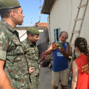 Oficiais do exército brasileiro atuam no combate à dengue em Campinas (SP)