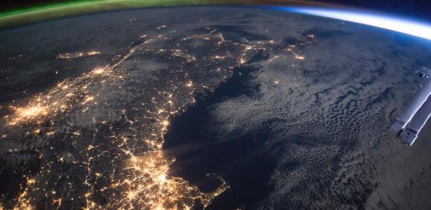 Foto tirada da Estação Espacial Internacional (ISS na sigla em inglês) focaliza a Costa Leste dos Estados Unidos, com as luzes de Boston ao fundo