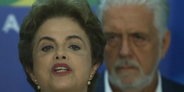 dilma discursa com jaques wagner ao fundo 1458743575594 615x300 - Dilma já tem plano B para Lula se não puder virar ministro, diz Jaques Wagner