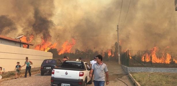 Fogo de queimadas ameaça condomínio de casas em Teresina, na quinta-feira (13)