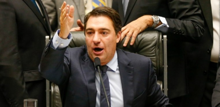 Conhecido na Câmara dos Deputados por ter sido premiado 12 vezes na loteria em 1997, o atual segundo vice-presidente da Casa, Fernando Giacobo (PR-PR), preside sessão em junho