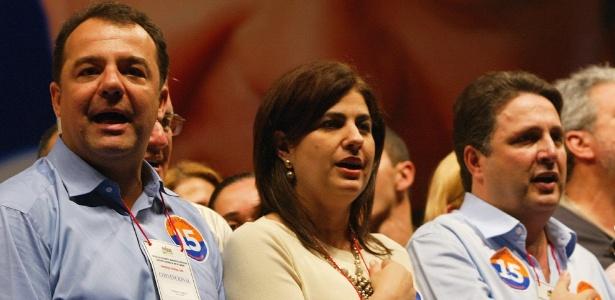 Em 2006, ainda aliados, Cabral (à esq.), Rosinha e Anthony Garotinho participam de convenção do PMDB