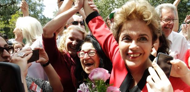 2.out.2016 - A ex-presidente Dilma Rousseff votou no primeiro turno em Porto Alegre