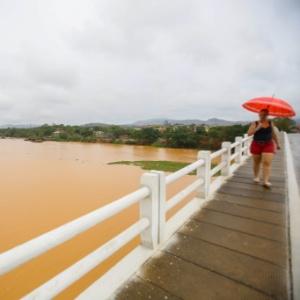 Lama de rejeitos de minério que vazou das barragens da Samarco em Minas Gerais chega ao Espírito Santo