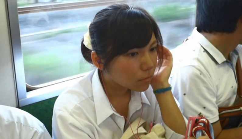 真‧偷拍神人!!近距離偷拍電車上的學生妹和OL~沉思的樣子讓人欲罷不能~   啪啪啪研習所   成人短片線上看