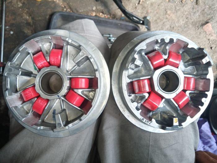 Comparación de la carcasa del rodillo Yamaha Aerox 155 (izquierda) y la carcasa del rodillo Honda PCX 160 (derecha)