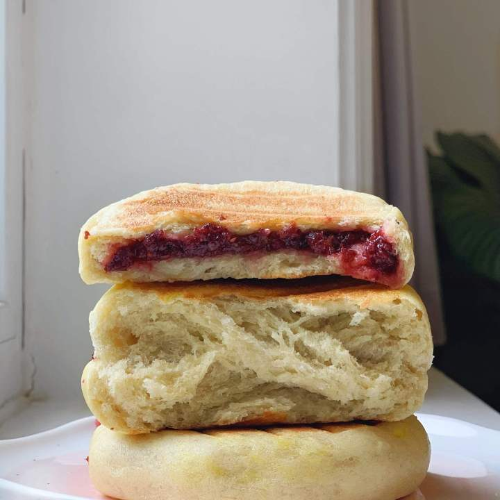 3 ingredient stovetop bread using one overripe banana, filled with cranberry chia jam! Crusty golden exterior and a beautiful, fluffy interior. Chinese 烤馒头/发面饼