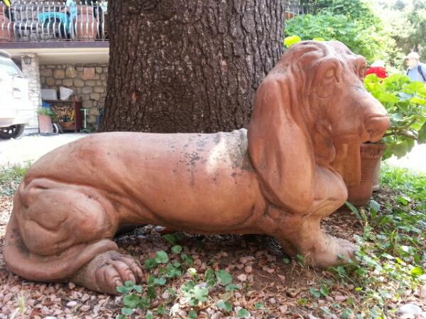 Terracotta hund i pottemagerens have i Torri del Benaco © iminhave.dk