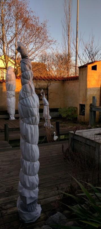 3 hvide damer på terrassen i vores have © iminhave.dk