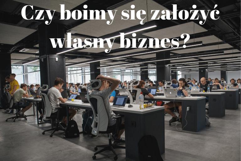 ludzie w pracy siedzący przy biurkach