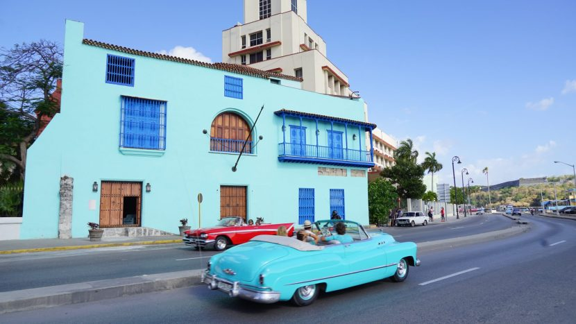 Havanna, blauer Oldtimer vor blauem Haus