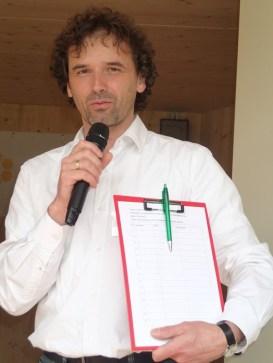 Andreas Grathwohl begrüßt die Gäste
