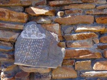 Drawing of a rain cloud with chalk on stone @ Rostock Ritz Lodge in the Namib Desert © Imke Rust