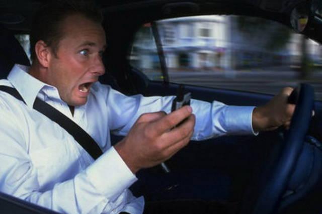 Telefonare al volante pi rischioso di alcool e droghe