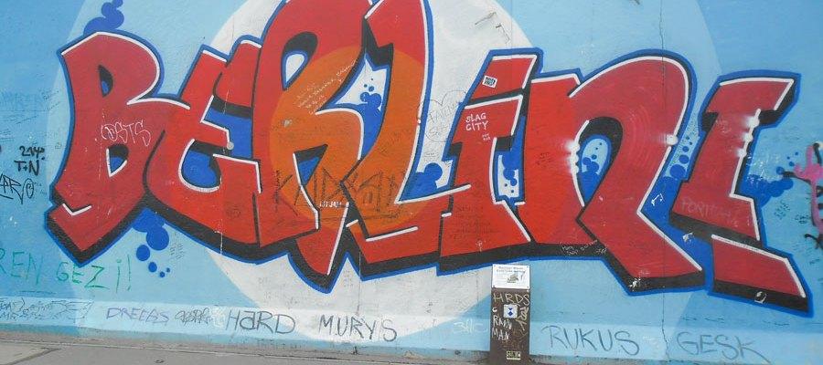 Grafity an der ehemaligen DDR Mauer in Berlin