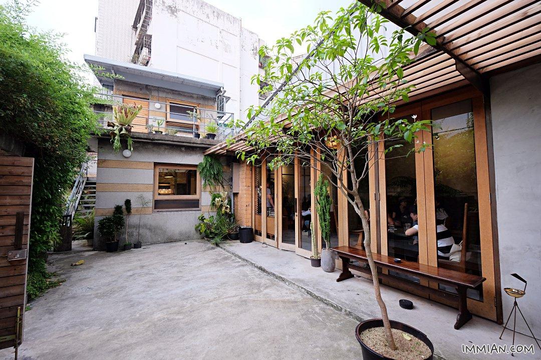 苔毛咖啡,特意順道過去走走的咖啡店;兩者相距大約十分鐘左右的步道,巷弄美食,位子不算少,讀書抑或單純放空喝咖啡享受一個人的時光。 裡頭一棟獨立式民房,氛圍非常安靜,有著大大的落地窗! 自然採光非常好,苔毛tiamo cafe六張犁人氣咖啡店 @ 花小豚和邦妮 :: 痞客邦