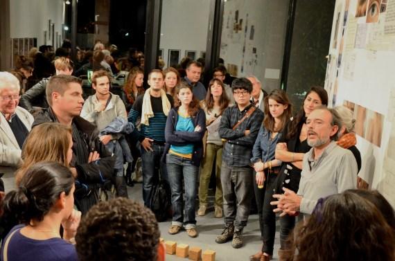 à côté de Carlo Werner qui fait la présentation de l'exposition, de droite à gauche - Karine Zibaud, Pauline Lavogez, MaoTao *