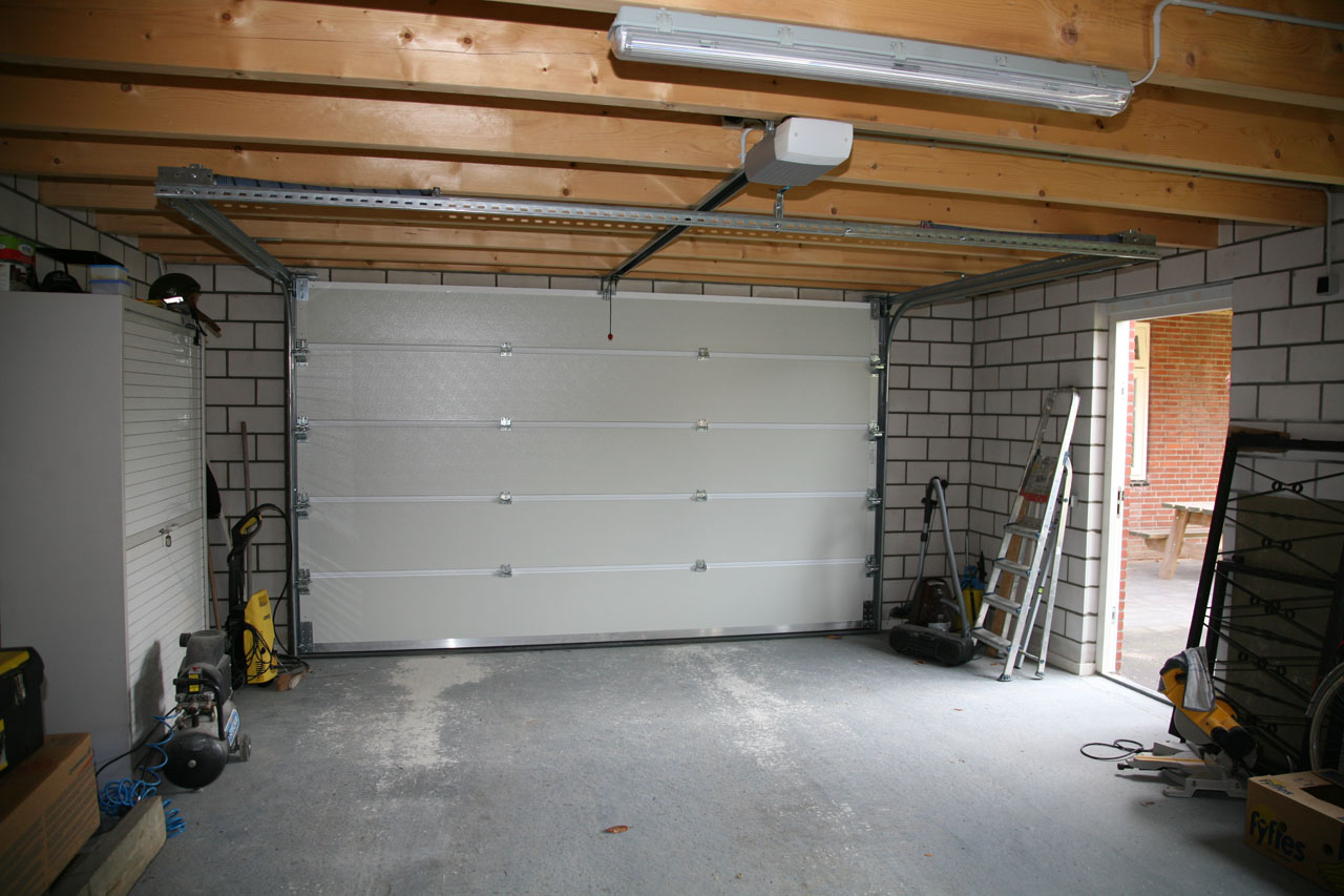 Garage Dämmen Garage Innen Verkleiden | Modern Garage Interior Stock ...