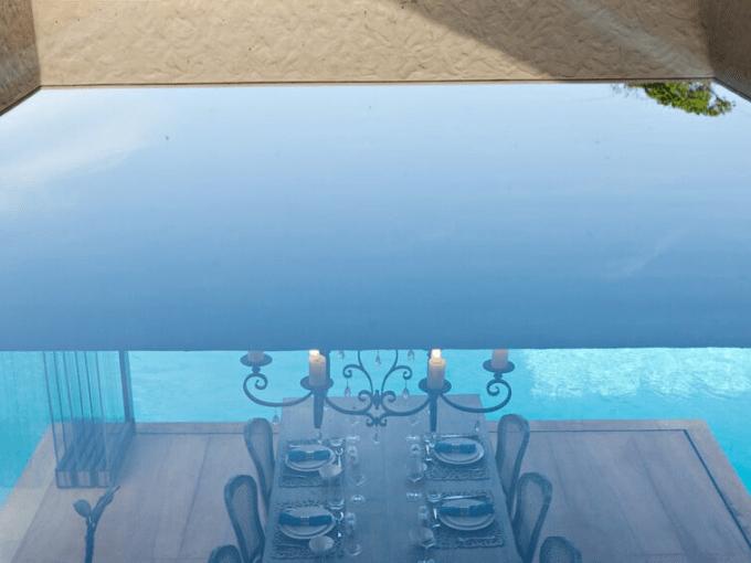 Plongez dans la salle à manger sous marine de cette maison
