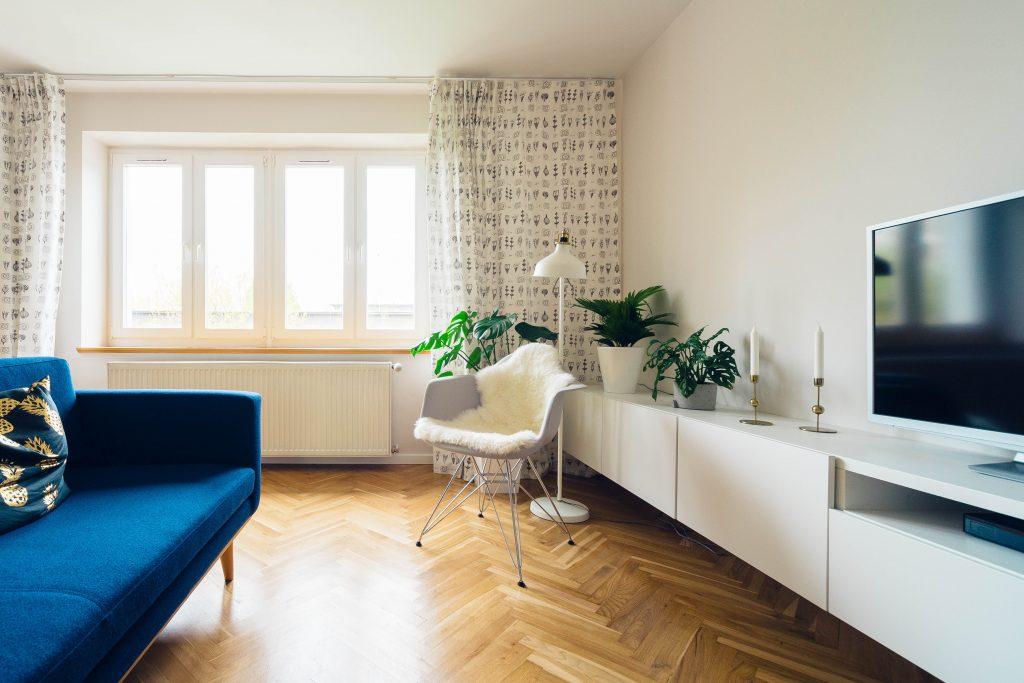 Un salon avec une belle superficie et un parquet au sol
