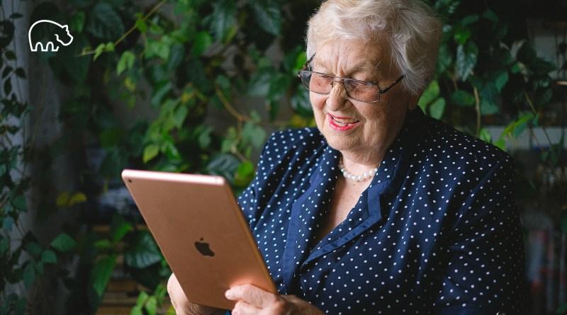 ImmoPotam-immobilier-gestion-patrimoine-maison-appartement-neuf-vefa-logement-ancien-1p-2p-3p-4p-5p-46-femme-senior-tablette-ipad-apple-pret-emprunt-remboursement-ptz