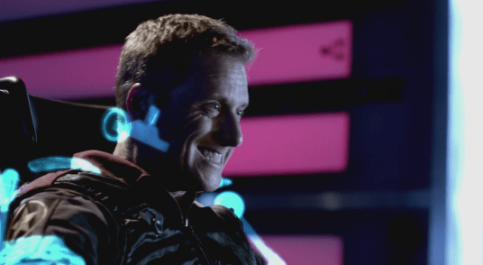 Alan Tudyk playing Wray Nerely playing the Pilot on Spectrum in Con Man