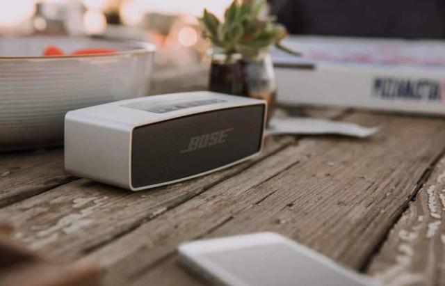 bose-soundlink-mini-outside