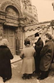 Митрополит Алексий, ныне покойный Патриарх Алексий II, осматривает здание монастыря накануне его передачи Церкви