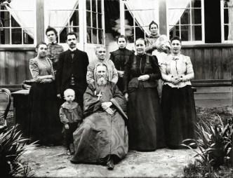 св. прав. о Иоанн Кронштадтский с родственниками на даче
