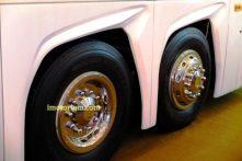 Roda paling belakang bisa berfungsi bersama dengan roda depan, memudahkan manuver di area - area sempit