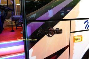 Di Sisi Pintu depan terdapat logo Karoseri Gunung Mas