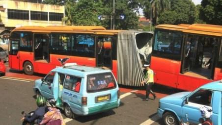 sambungan antar rangka bus transjakarta patah, salah satu resiko dari pengerjaan sambungan yang kurang teliti
