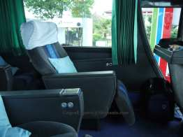 Seatnya besar.. dijamin paha sampai lutut semuanya tercover, ditambah legrest