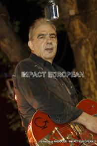 Jean Guibal au chant et guitare du groupe Maddogz en concert, Place de la Marine à Agde le 16 juillet 2019