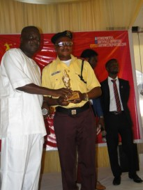 Mr Erogbogbo presenting LASTMA Commandant with Icon award